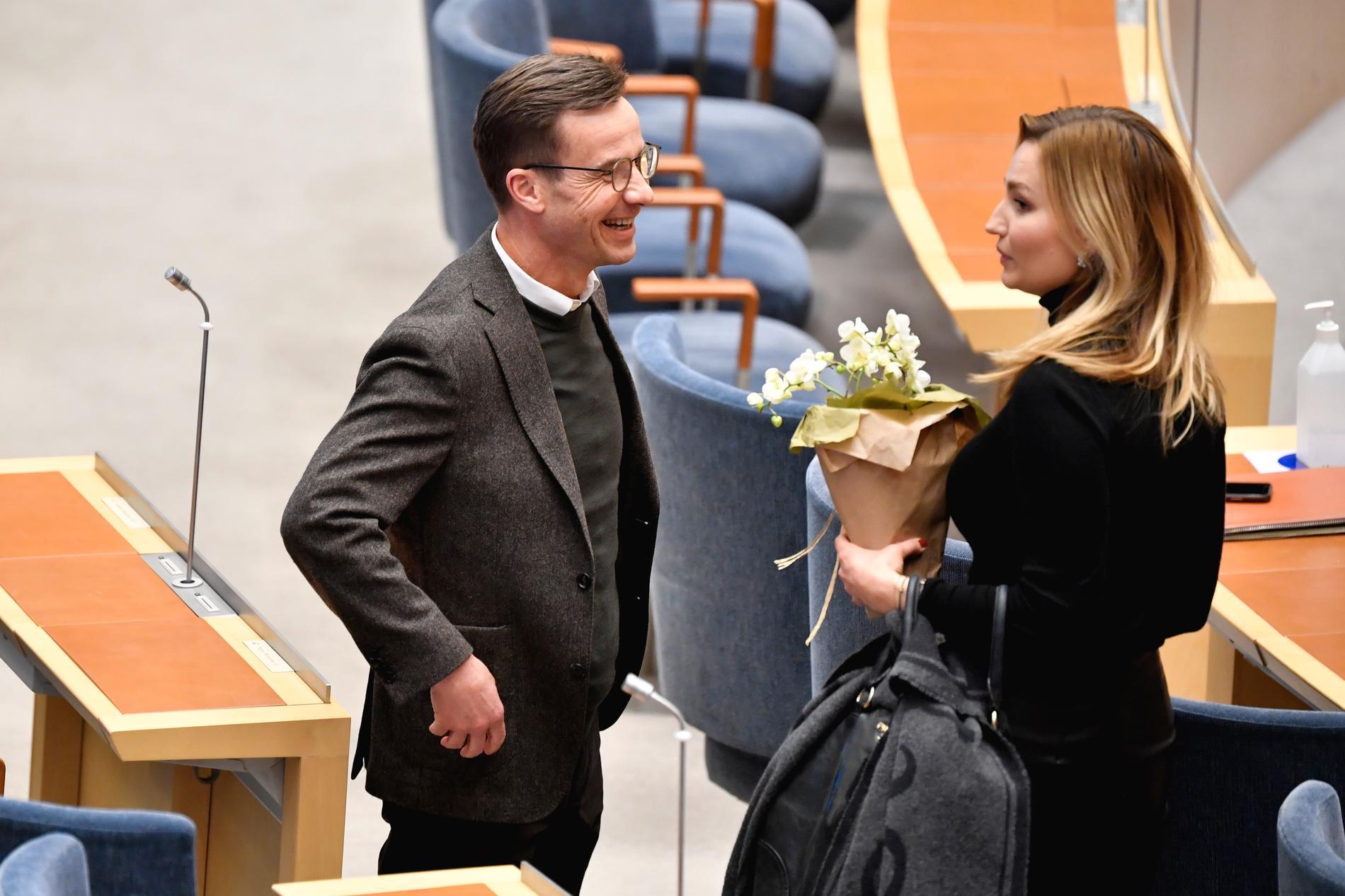 Glad stämning mellan Ulf Kristersson och Ebba Busch.