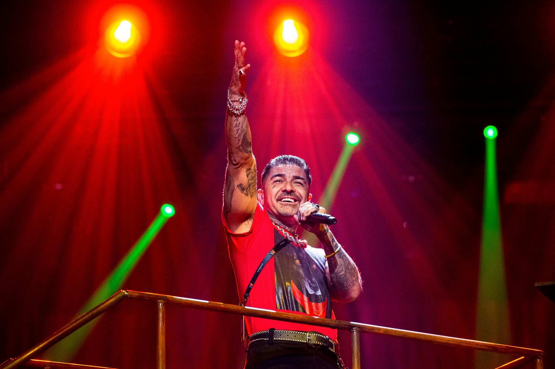 Tröjan som SVT stoppat. Mendez får inte längre ha den röda t-shirten med den svarta hunden i Melodifestivalen.