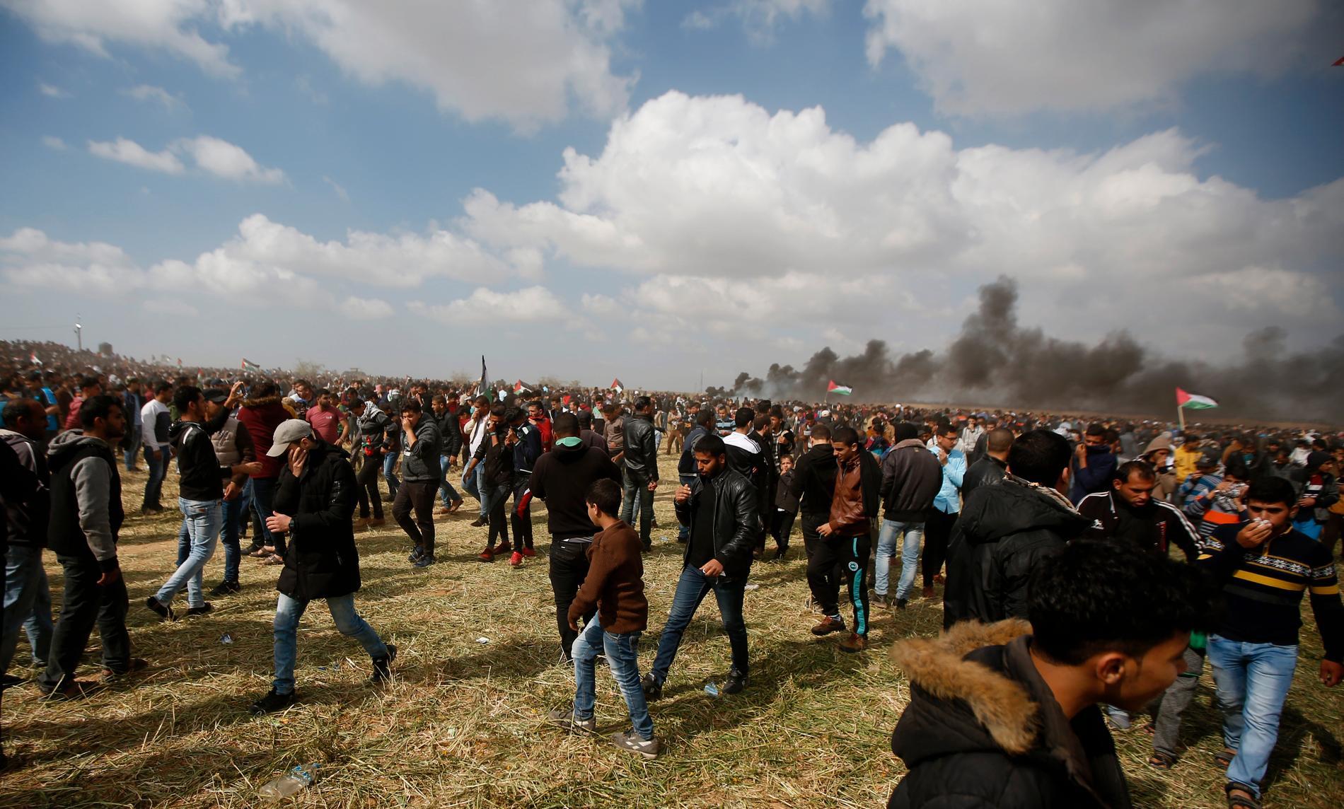 Tusentals människor demonstrerar i Gaza nära gränsen mot Israel.