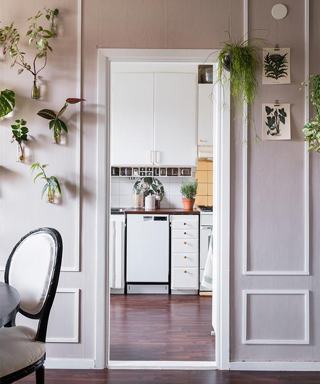Väggarna i matrummet är målade med samma färg som i vardagsrummet, kulören Nougat från Rusta. Listerna på väggarna har Emelie satt upp själv.