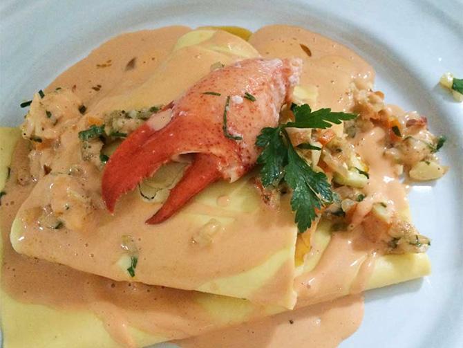Servera lasagnen öppen med en läcker fyllning av hummer.