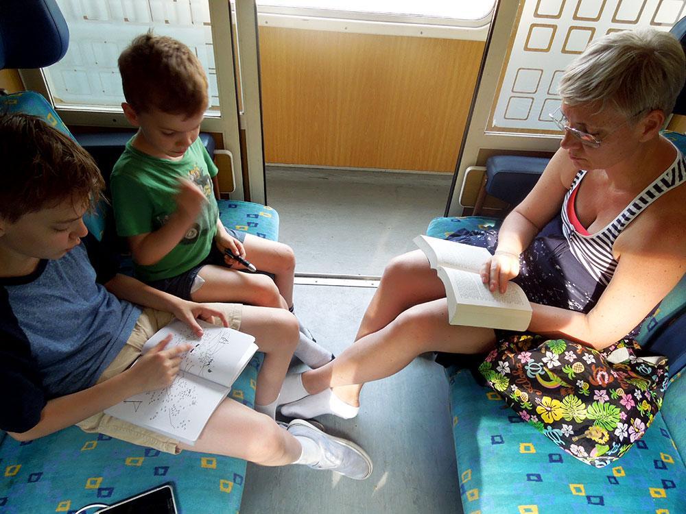 """Tågluffa med barn – att resa med tåg genom Europa blev en härlig upplevelse för familjen Wikegård. Här är de på väg att ta nattåget till Berlin. """"Det var den dyraste resan, men så fick vi frukost in i kupén också"""", säger Malin."""