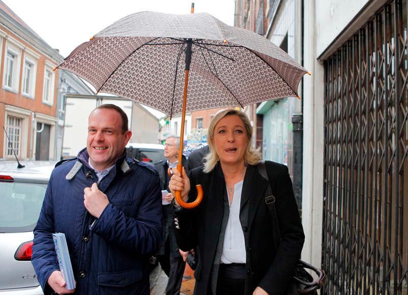 Marine Le Pen på regnig promenad i Henin-Beaumont i norra Frankrike, tillsammans med stadens borgmästare Steve Briois.