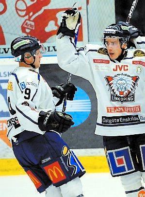 Tack, Tony Mattias Weinhandl tackar Mårtensson, till vänster, för ännu ett assist.