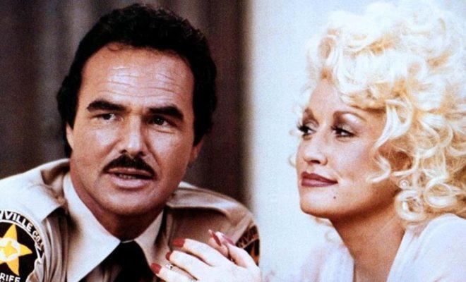 """Burt Reynolds och Dolly Parton i """"Det bästa lilla horhuset i Texas""""."""