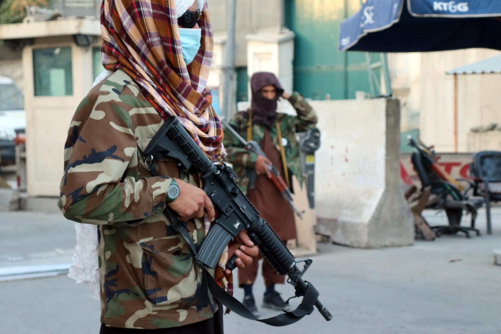 Talibaner vid en vägspärr i den afghanska huvudstaden Kabul.