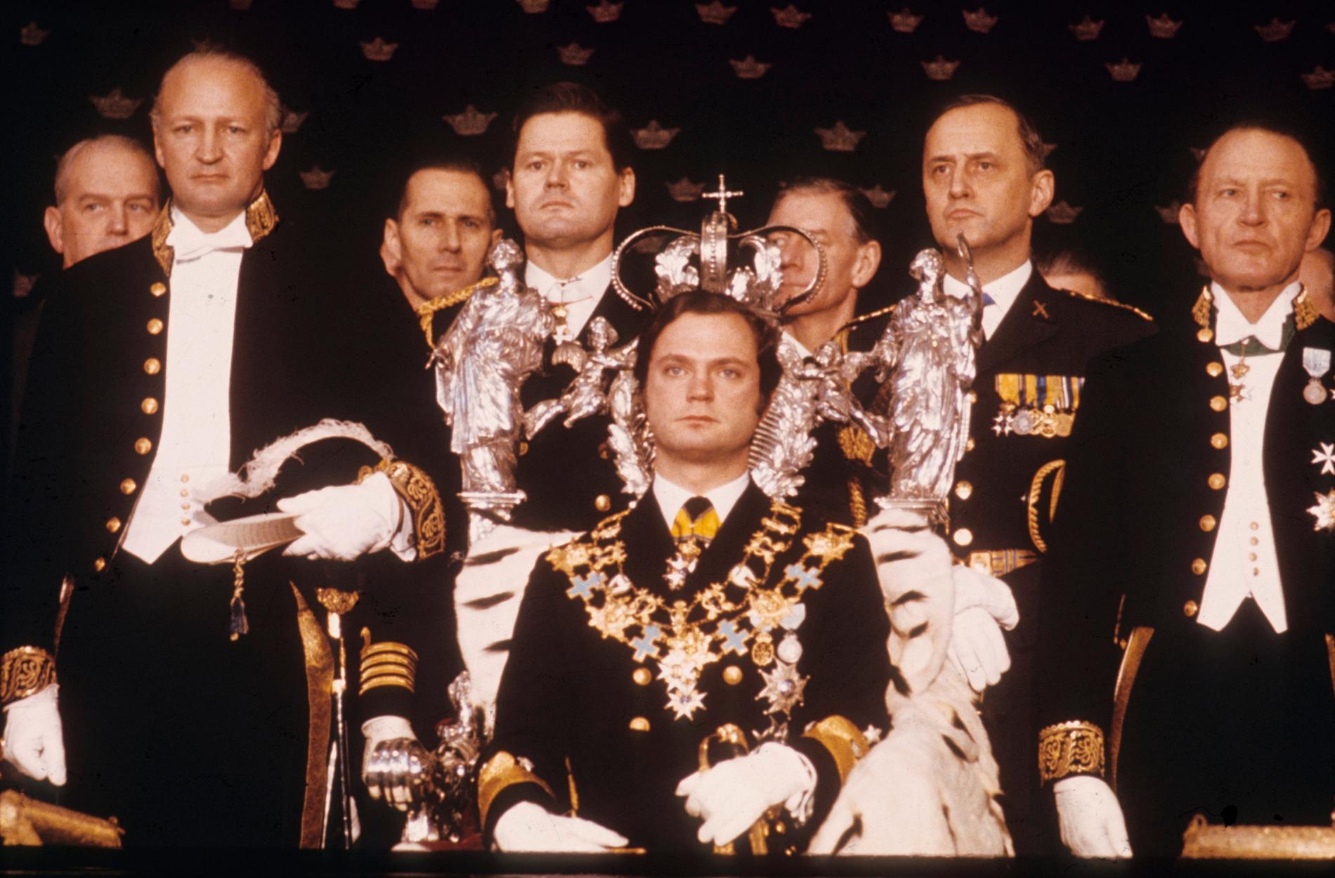 Kung Carl XVI Gustaf håller sitt trontal för representanter för Sveriges folk i rikssalen på Stockholms slott den 19 september 1973. Pressbild
