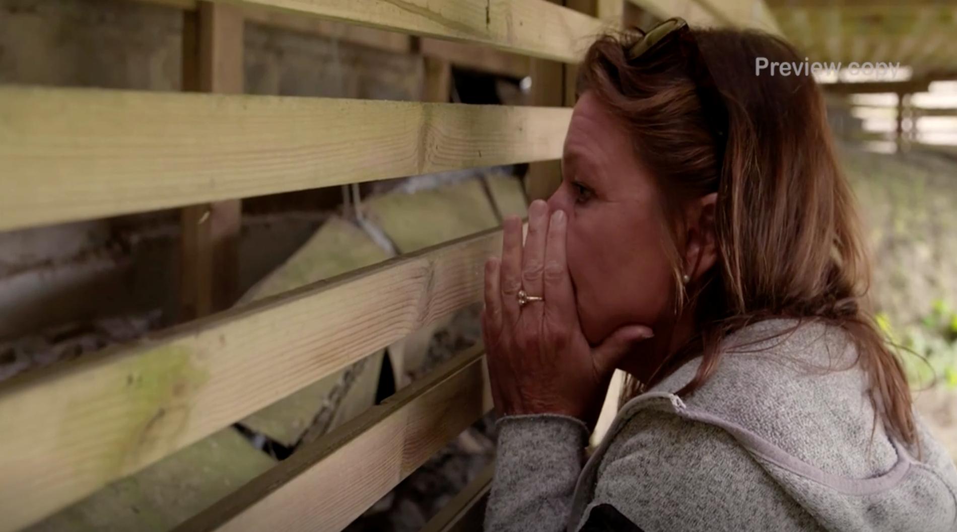 Lotta Engberg blir förfärad när Anders Öfvergård visar henne allvarliga bristerna i altanens fästen i marken.