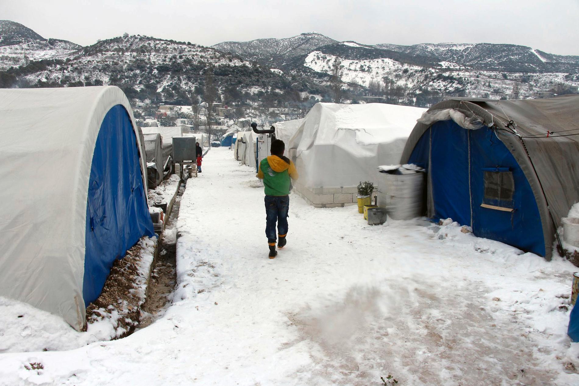 Syriska internflyktingar i ett läger i Idlibprovinsen, nära turkiska gränsen, torsdagen den 13 februari.