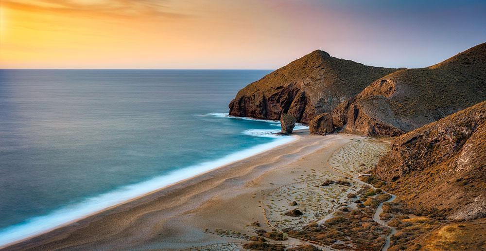 Playa de los Muertos har kristallklart vatten och dramatiska landskap och älskas av många, speciellt snorklare. Under högsäsong kan man köpa kalla drycker av försäljare på stranden, men så mycket annan service finns inte.