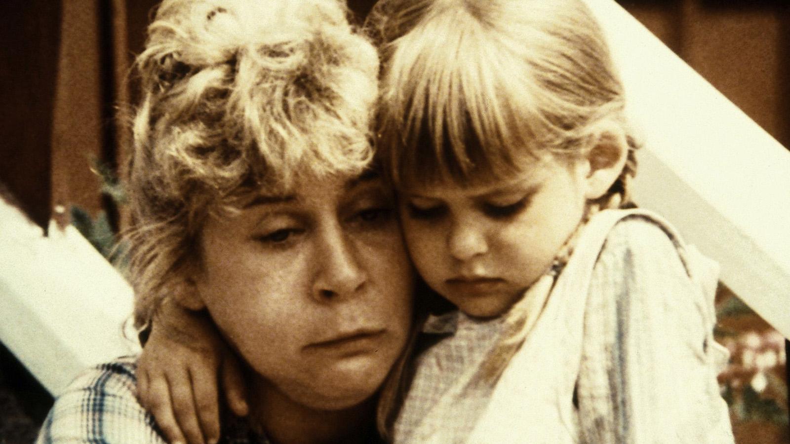 """Lina (Maud Hansson Fissoun) tröstas av Ida (Lena Wisborg) när hon har tandvärk i """"Emil i Lönneberga""""."""