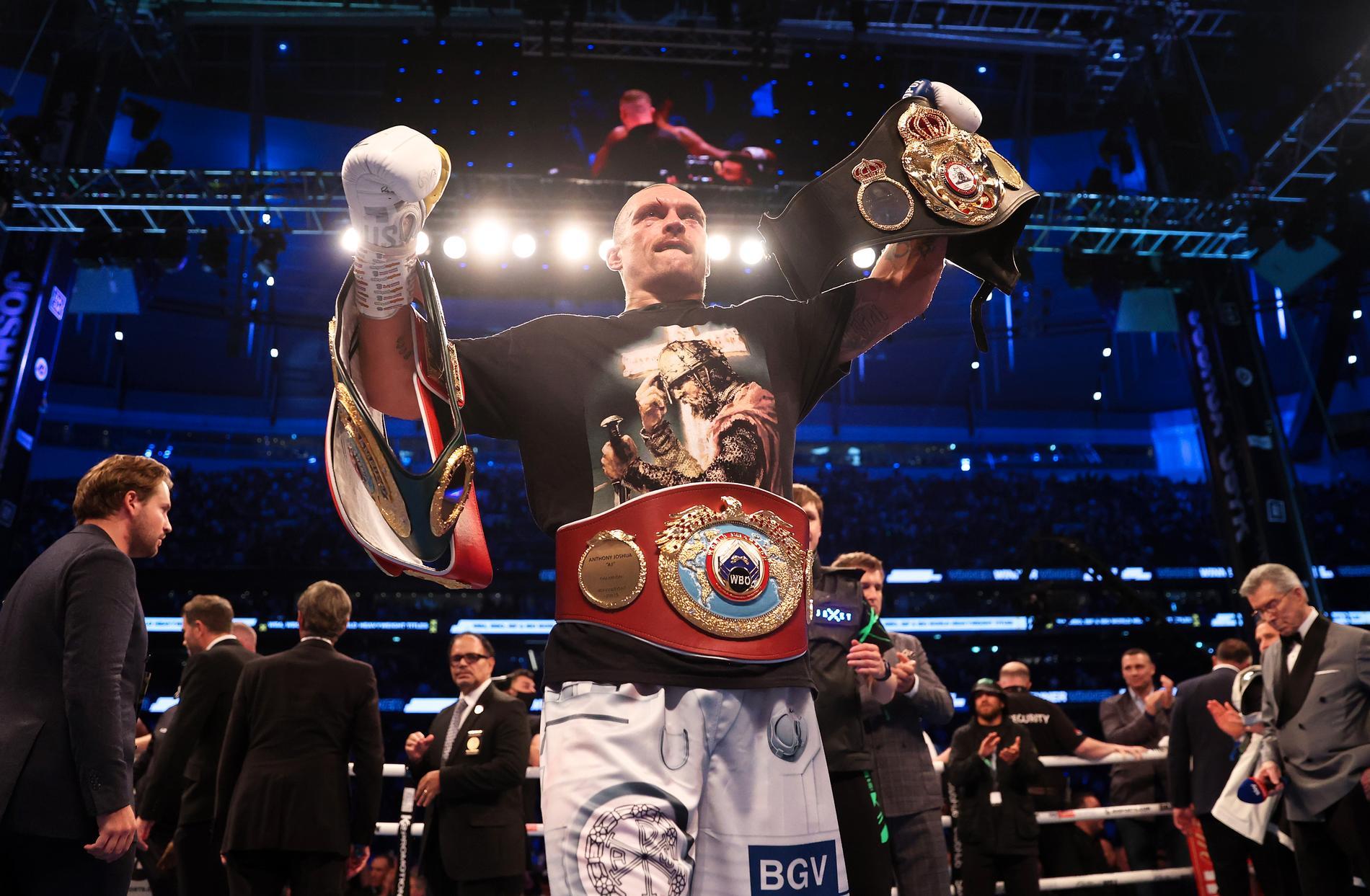 Oleksandr Usyk med sina bälten efter segern mot Joshua.