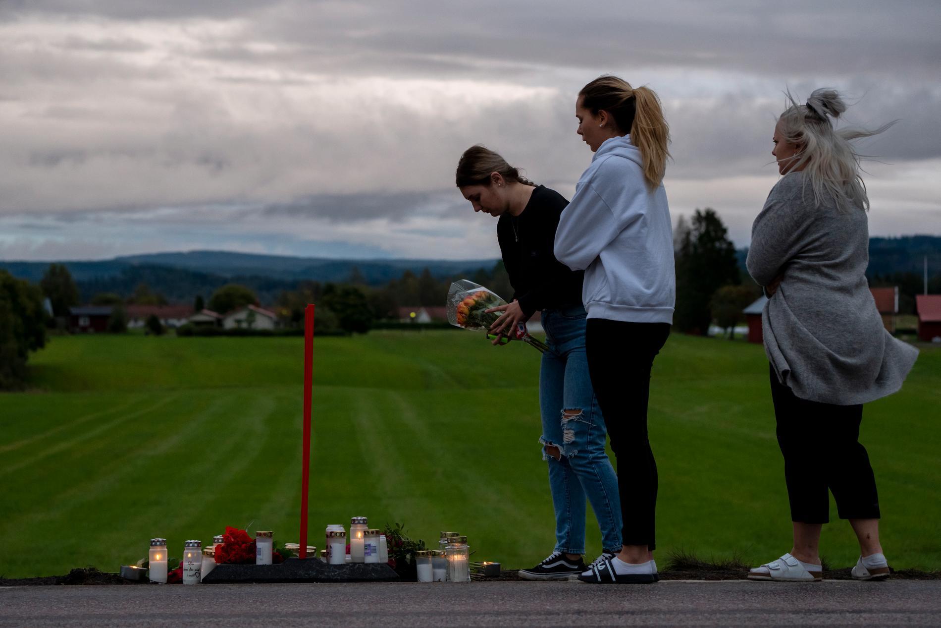 På platsen sörjer vänner till de som dog i krocken.