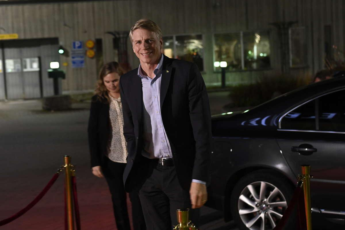 Per Bolund (MP) var den förste partiledaren att anlända till SVT inför debatten.