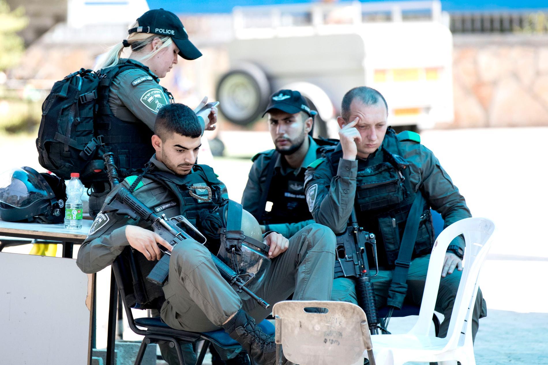 Polis vid ingången till en judisk skola i Lod.