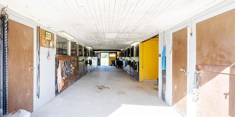 Anläggningen (Gundbo) innehåller bland annat många boxar.