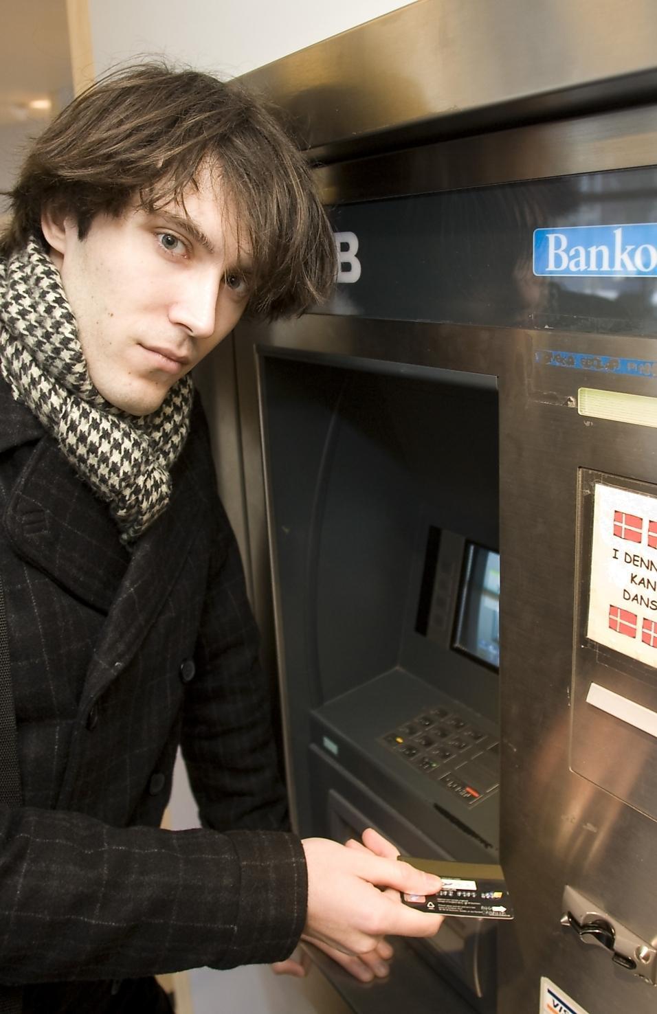 Studenten Kaj Svedberg sparar pengar till en resa. I onsdags märkte han dock hur någon annan hade tagit ut pengar från kontot. Bedragare hade skimmat hans kort.