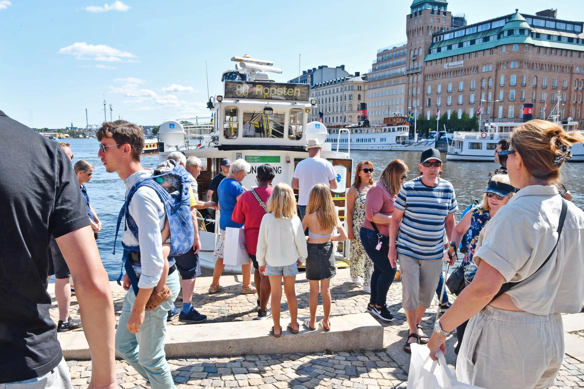 Flera länsstyrelser larmar om ökad trängsel och minskad vilja att följa restriktioner. Bilden är tagen i Stockholm.