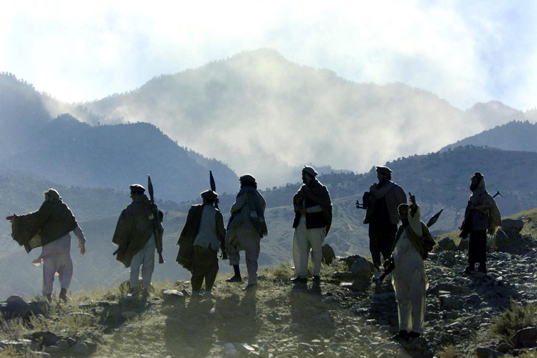 Afghanska krigare ser ut över en dal i Tora bora-området år 2001.