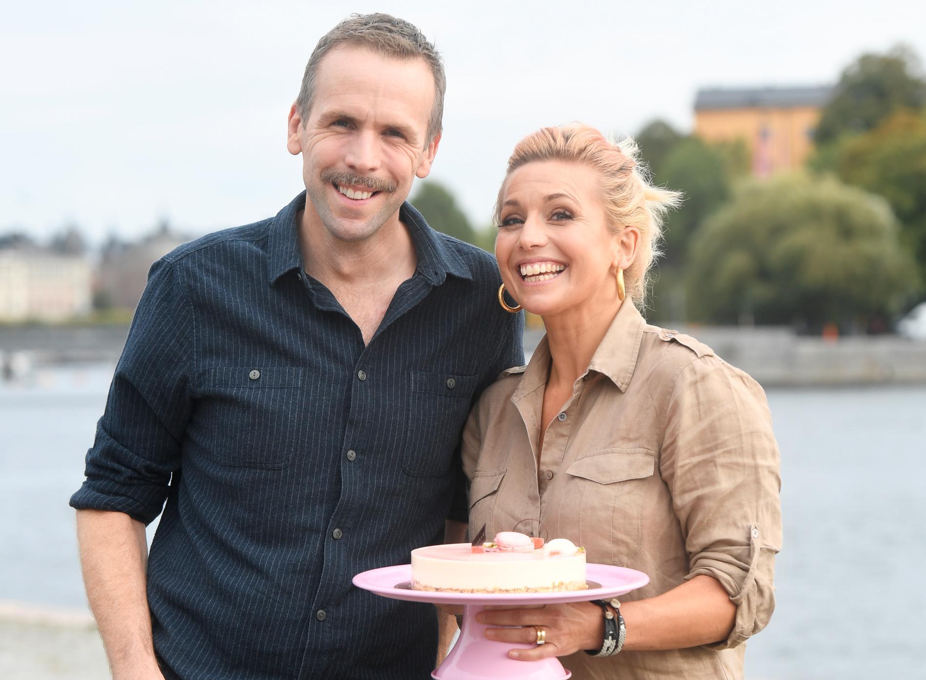 """Kocken Tina Nordström och skådespelaren Johan Östling är programledare för """"Hela Sverige bakar""""."""