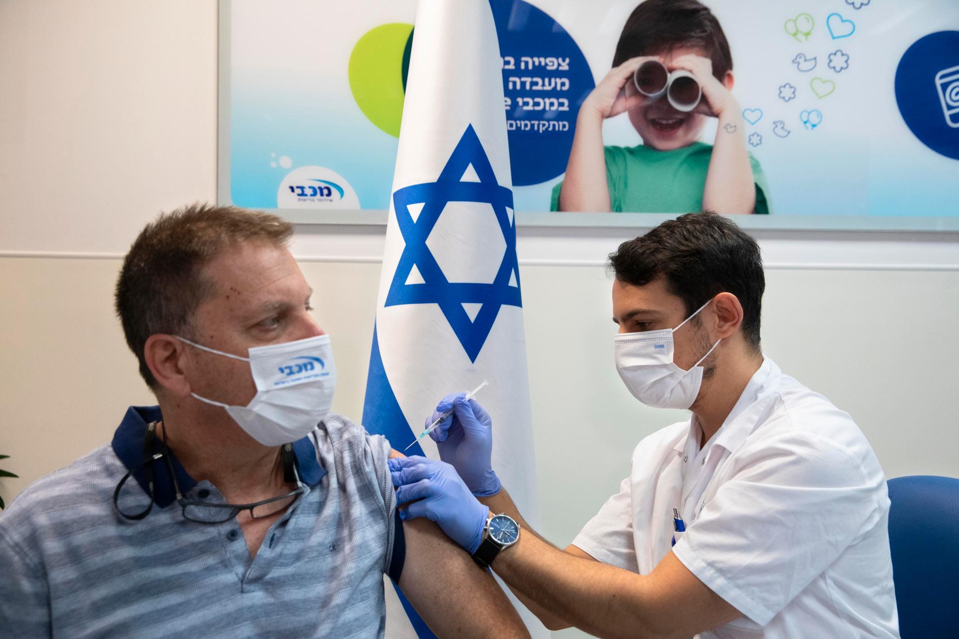 En man vaccineras i den israeliska staden Ramat Hasharon.