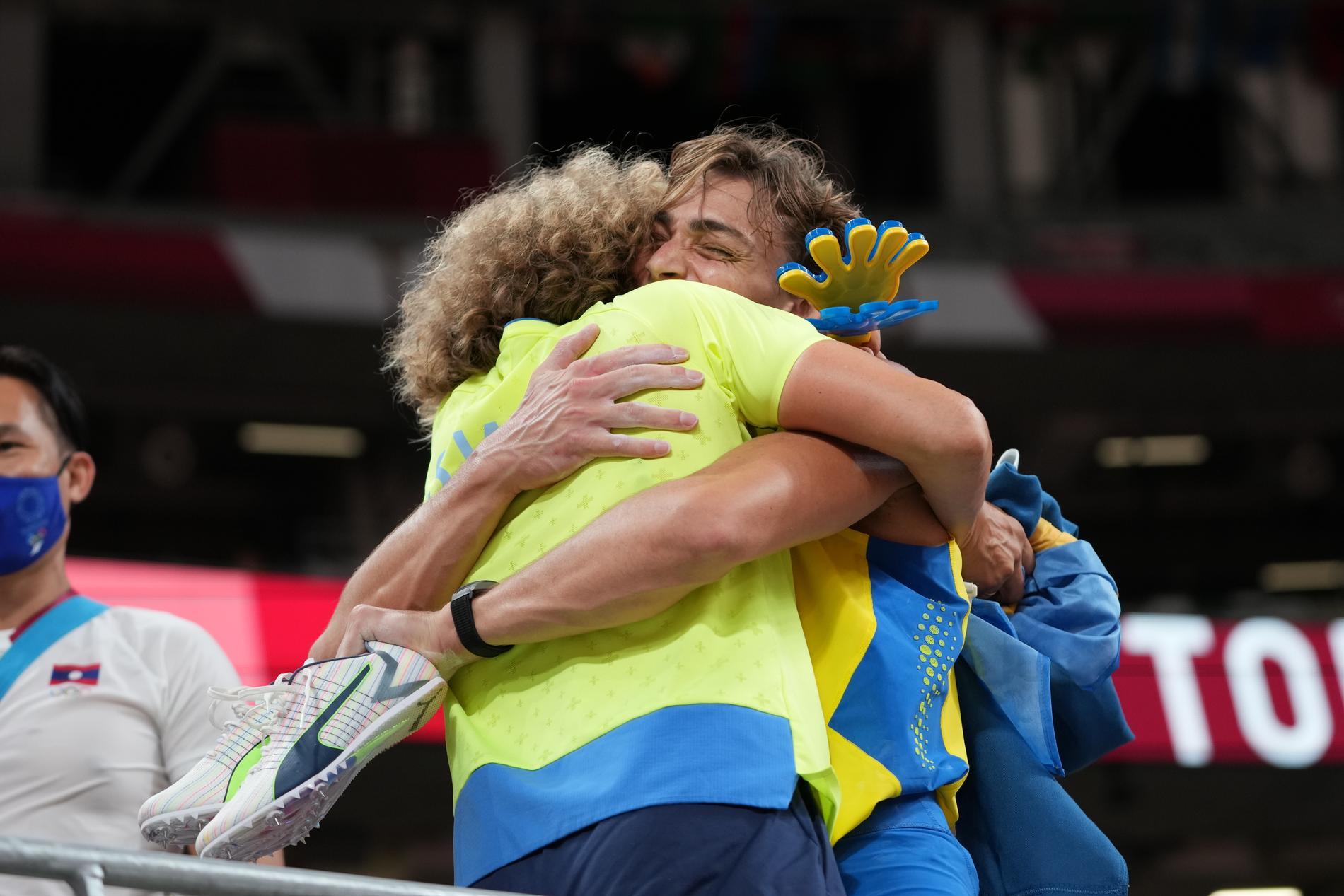Armand Duplantis omfamnar Karin Torneklint efter OS-guldet i Tokyo.