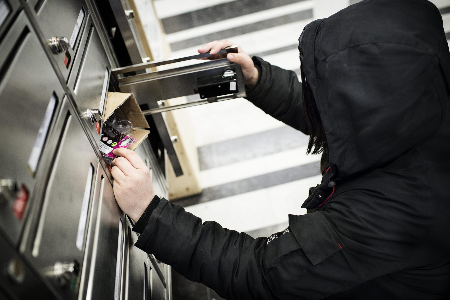 Bedragare vittjar gärna brevlådor under semestern. Via information i posten kan man komma över uppgifter som gör det lätt att kapa offrets identitet.