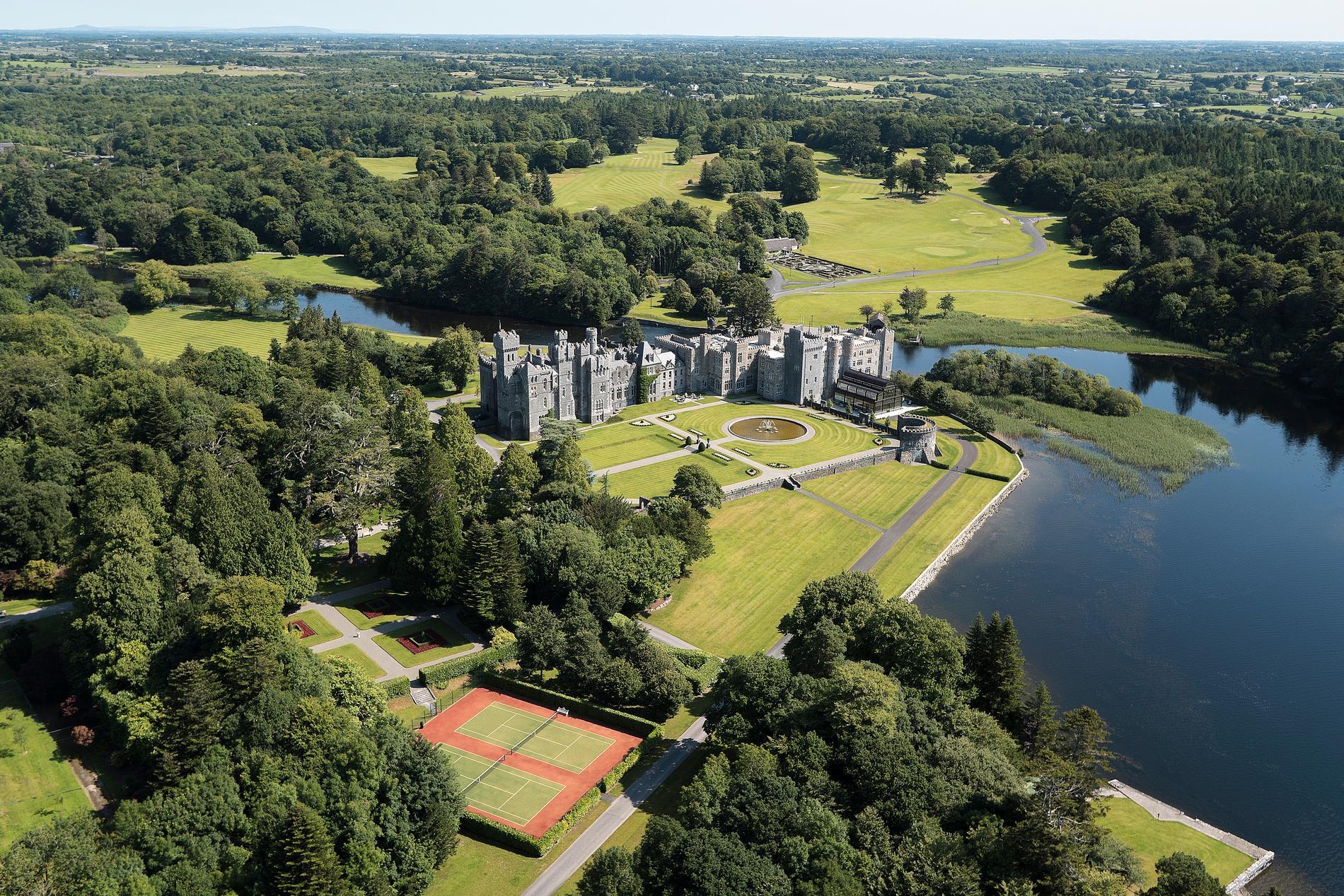 Slottet från år 1228 är numera ett lyxhotell med allt från spa till tjusiga salonger vid Irlands norra kust i County Mayo.