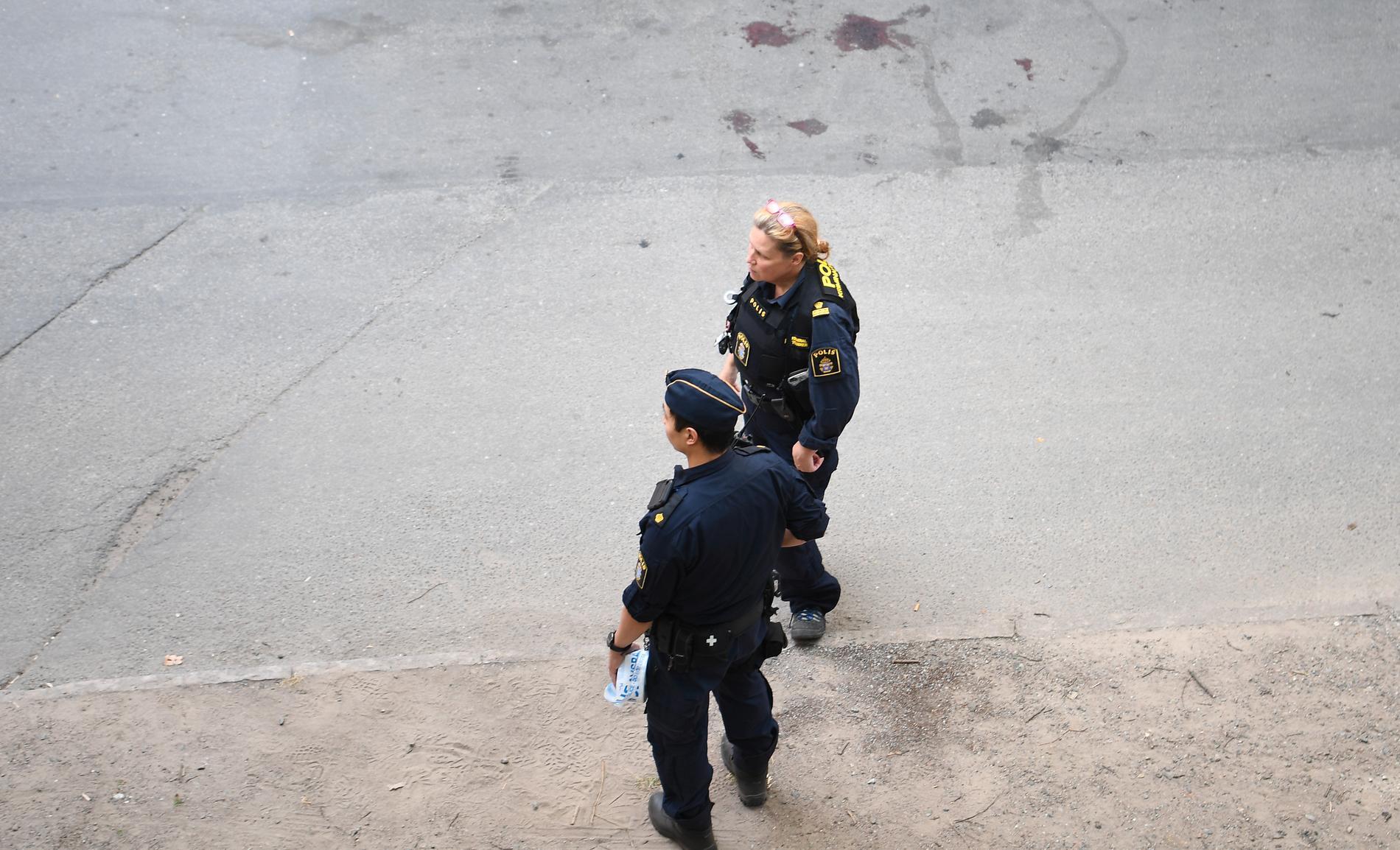 En kvinna har blivit attackerad av en man på Södermalm i Stockholm.