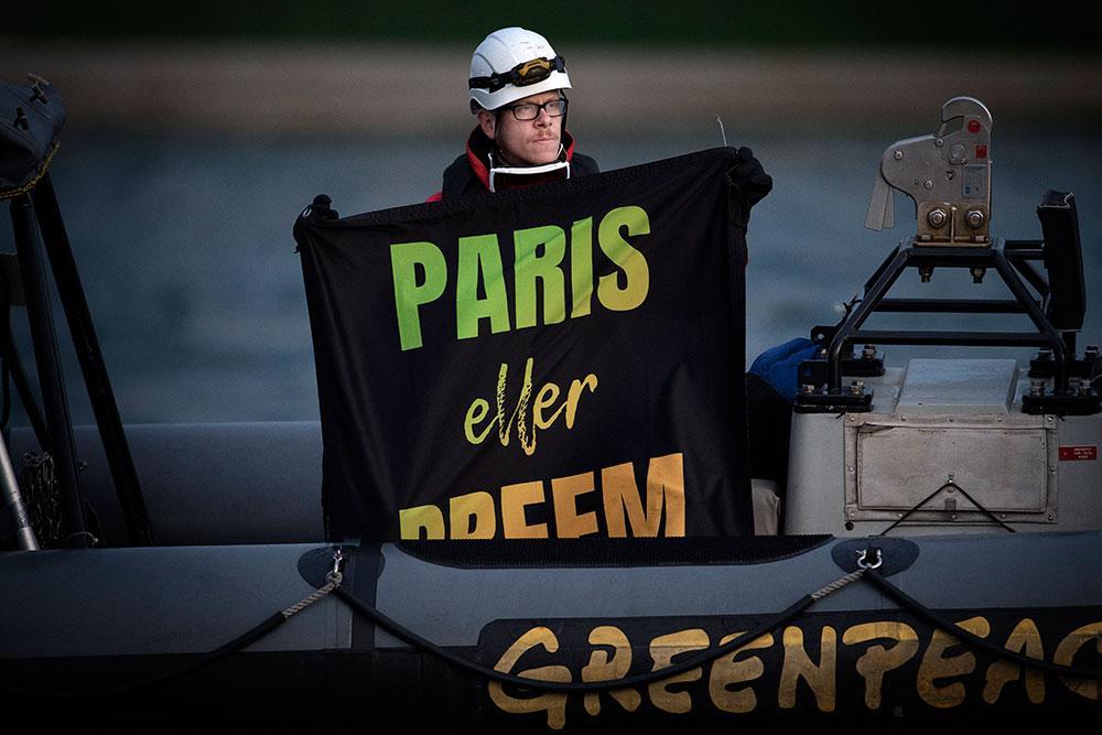 Bild från när Greenpeaces fartyg Rainbow Warrior spärrade infarten till Preemraffs hamn norr om Lysekil, i en protestaktion.