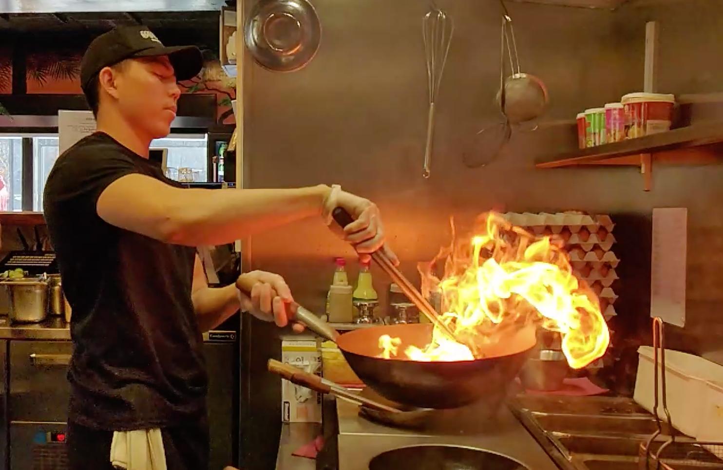 """I de små köken på Mae Thais fyra kiosker lagas rätterna med ambitionen """"som thailändsk mat borde vara""""."""