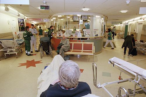 Så länge Sveriges landsting föredrar svaga patienter i stället för starka vårdkonsumenter kommer köerna att finnas kvar, skriver debattörerna.