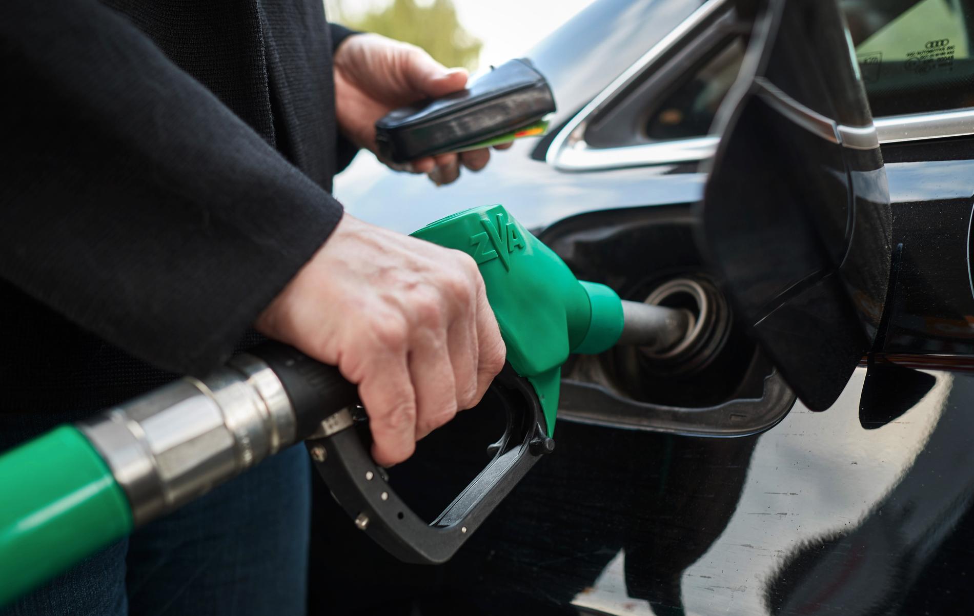 Det rekommenderade priset på 95-oktanig bensin på bemannade bensinstationer ligger i dagsläget på 13:98 kronor. Arkivbild.