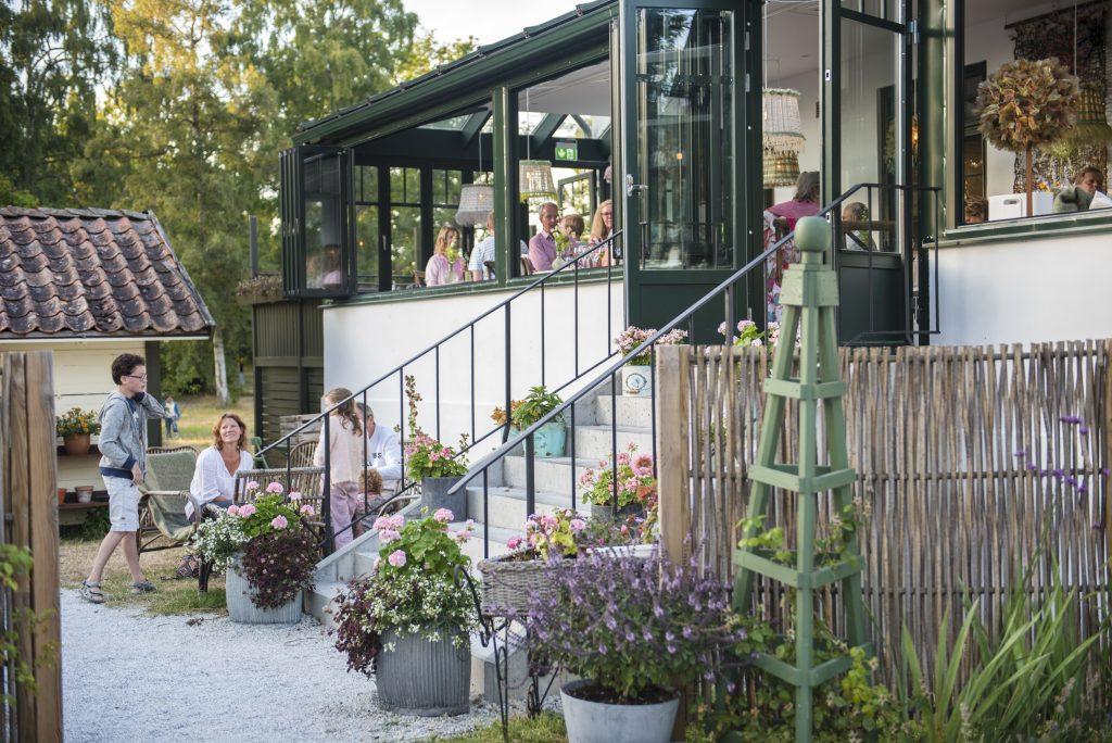 På sommaren öppnas den glasade verandan på Smakrike.