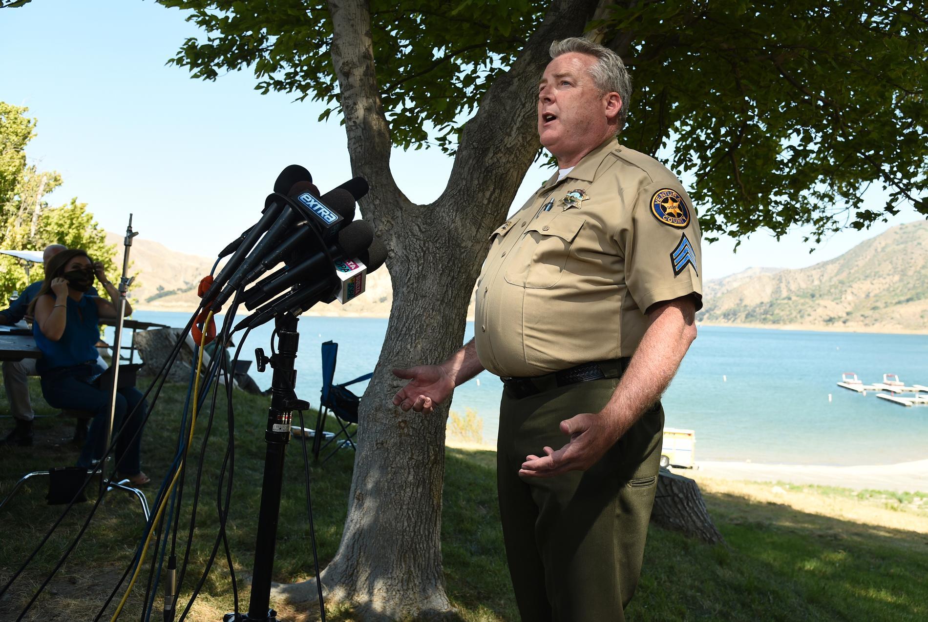 Polischefen Kevin Donoghue håller presskonferens.