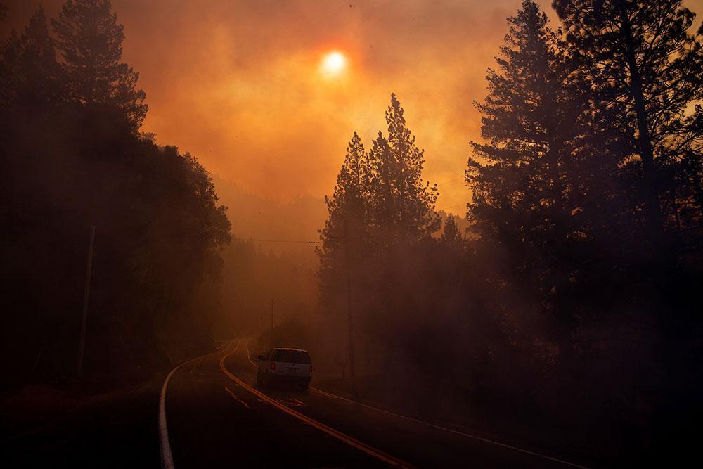 Brandrök skymmer solen i Pulga, Kalifornien. Arkivbild från 2018.