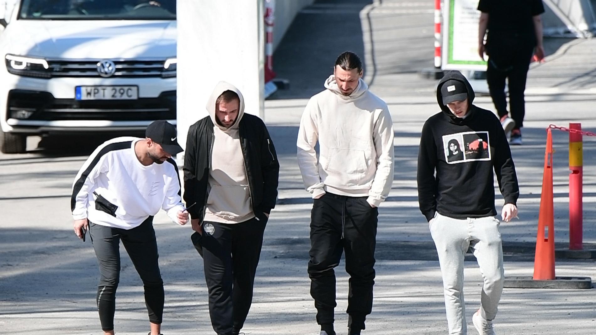 Imad Khalili, Muamer Tankovic, Zlatan Ibrahimovic och Aron Johannsson hänger efter träningen.