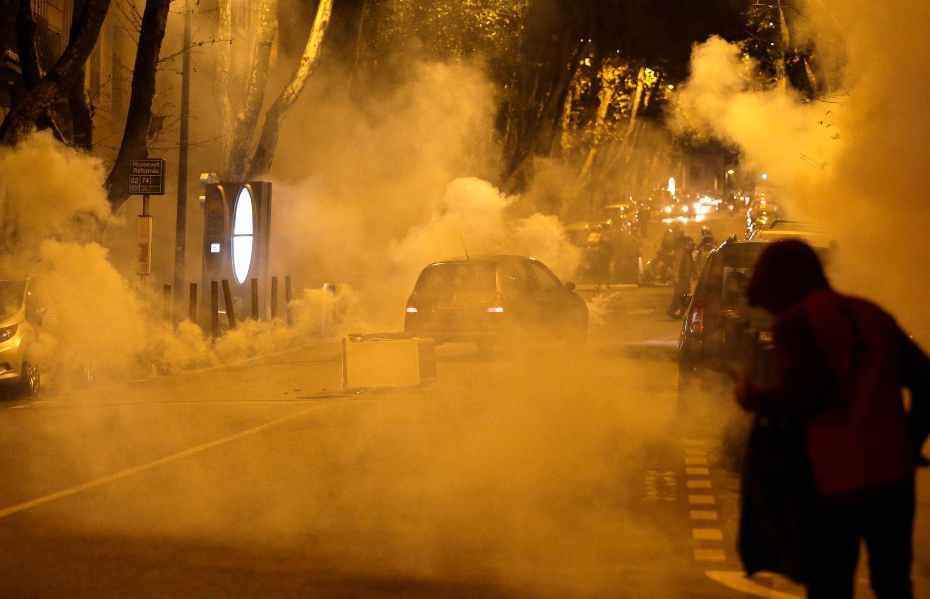 På bilden syns tårgas i den franska staden Marseille den 1 december i fjol, samma dag som kvinnan i artikeln sköts i ansiktet med en tårgasgranat.