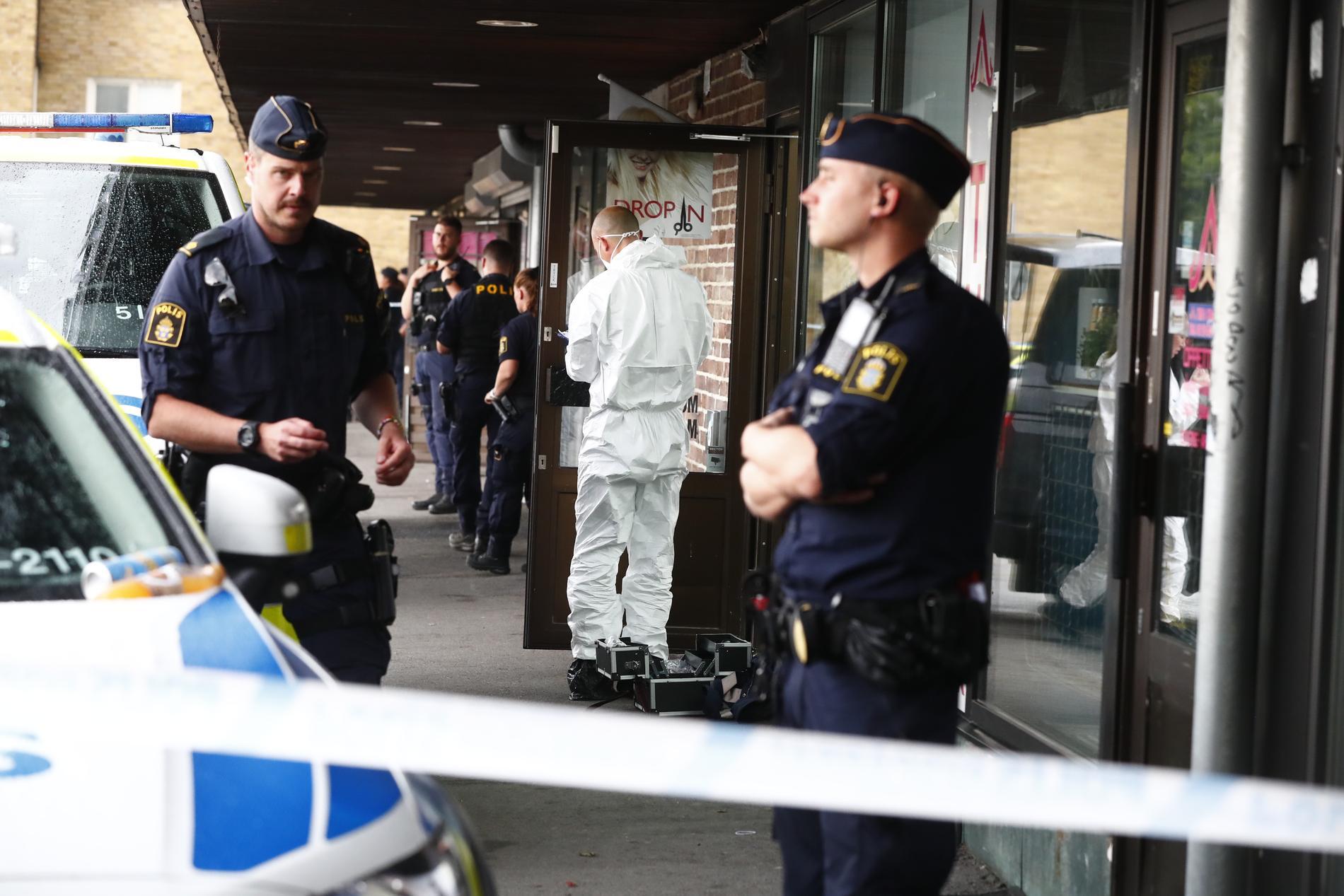 Polis och tekniker arbetar på platsen.