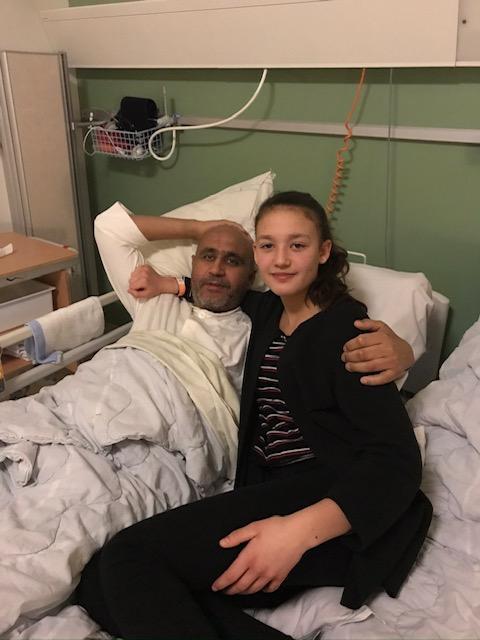 Amina och pappa Mostapha tre veckor efter hjärnblödningen, när han kunnat flyttas till Falu lasarett - närmare familjen.
