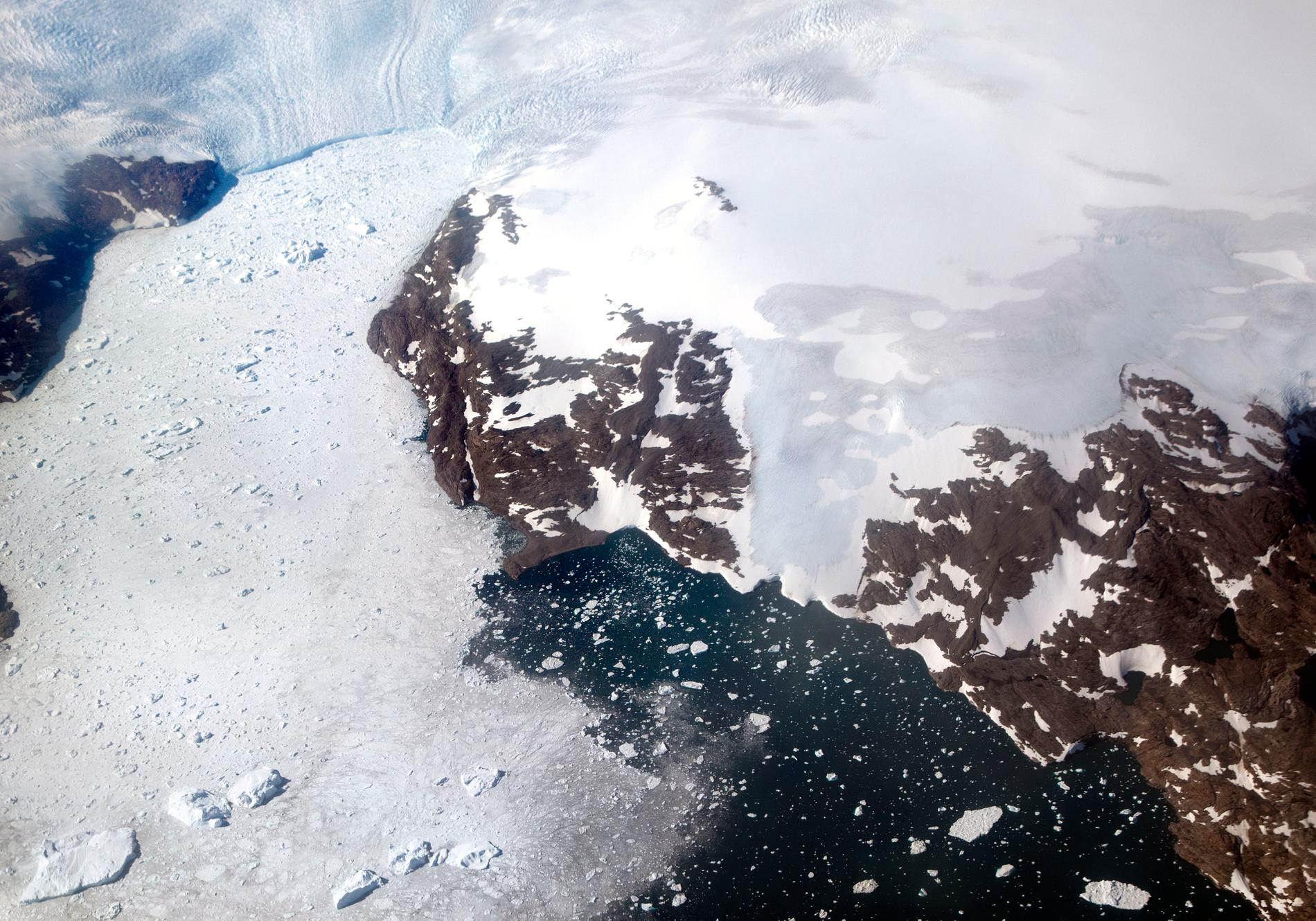 Bild från 2017 som visar hur en glacier på Grönland smälter ner i en fjord.