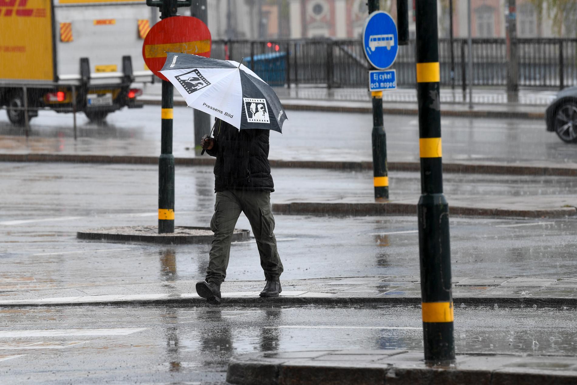 De första paraplyerna uppfanns för flera tusen år sedan och skulle skydda mot den starka solen på sydligare breddgrader. Som tur är får vi nordbor användning för dem än iidag.
