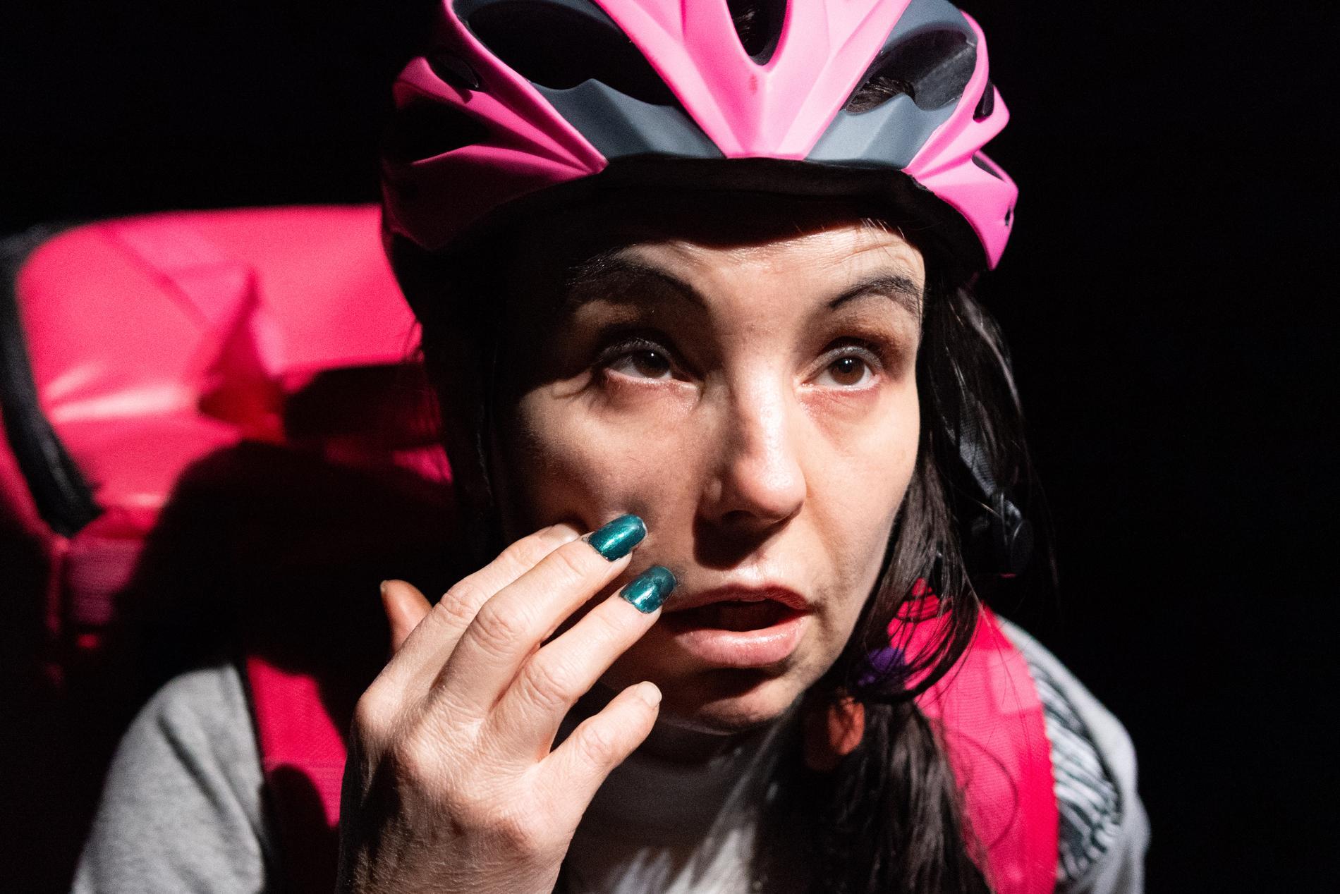 """Skådespelaren Lo Kauppi i rollen som Teresa, i Martina Montelius """"Föddhora"""" på Teater Brunnsgatan 4."""