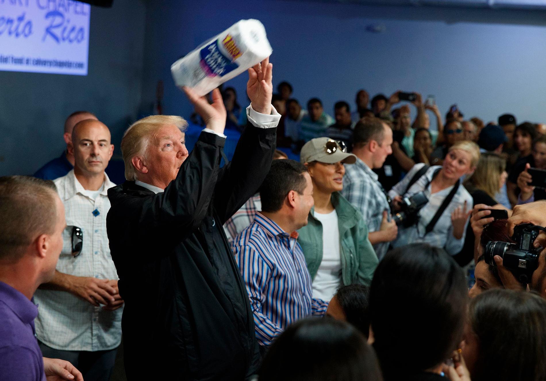 President Trump, här kastandes pappershanddukar till publiken, har fått utstå hård kritik för sitt agerande gentemot Puerto Rico. Både på plats och efter det att orkanerna lämnat området.