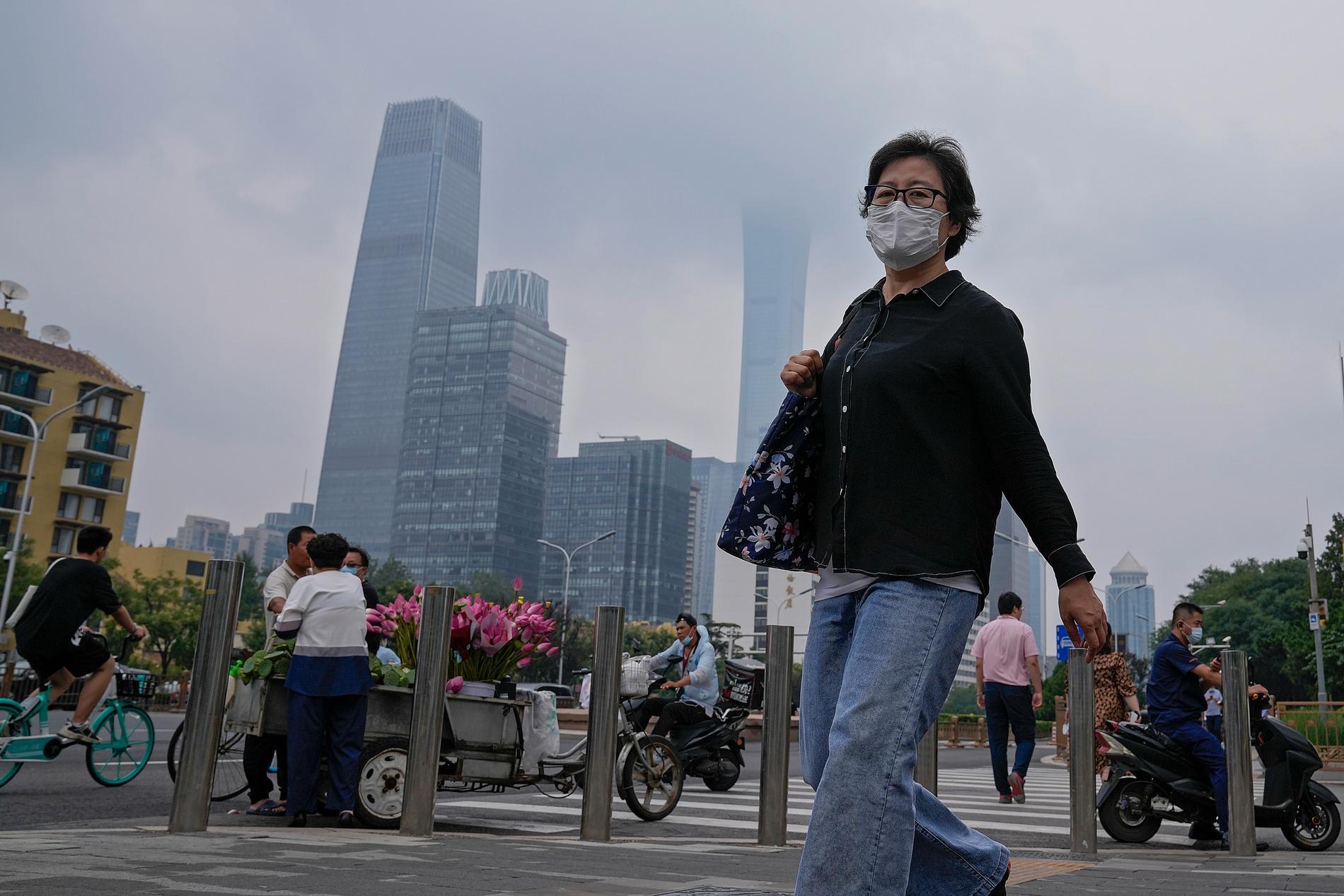 En Peking-bo bär ansiktsmask för att stoppa spridningen av coronaviruset. Arkivbild.