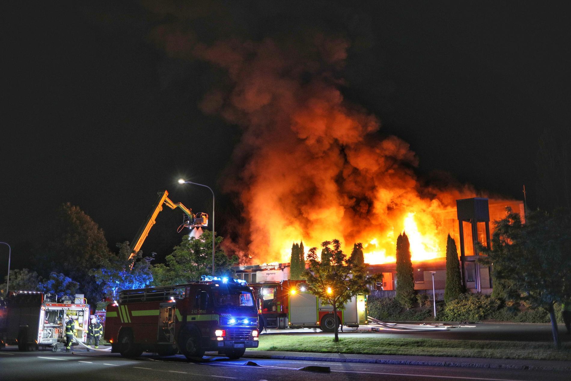 En kraftig brand förstörde Ansgariikyrkan i Jönköping under natten. Brandorsaken är oklar. Polisen har inlett en utredning om mordbrand.