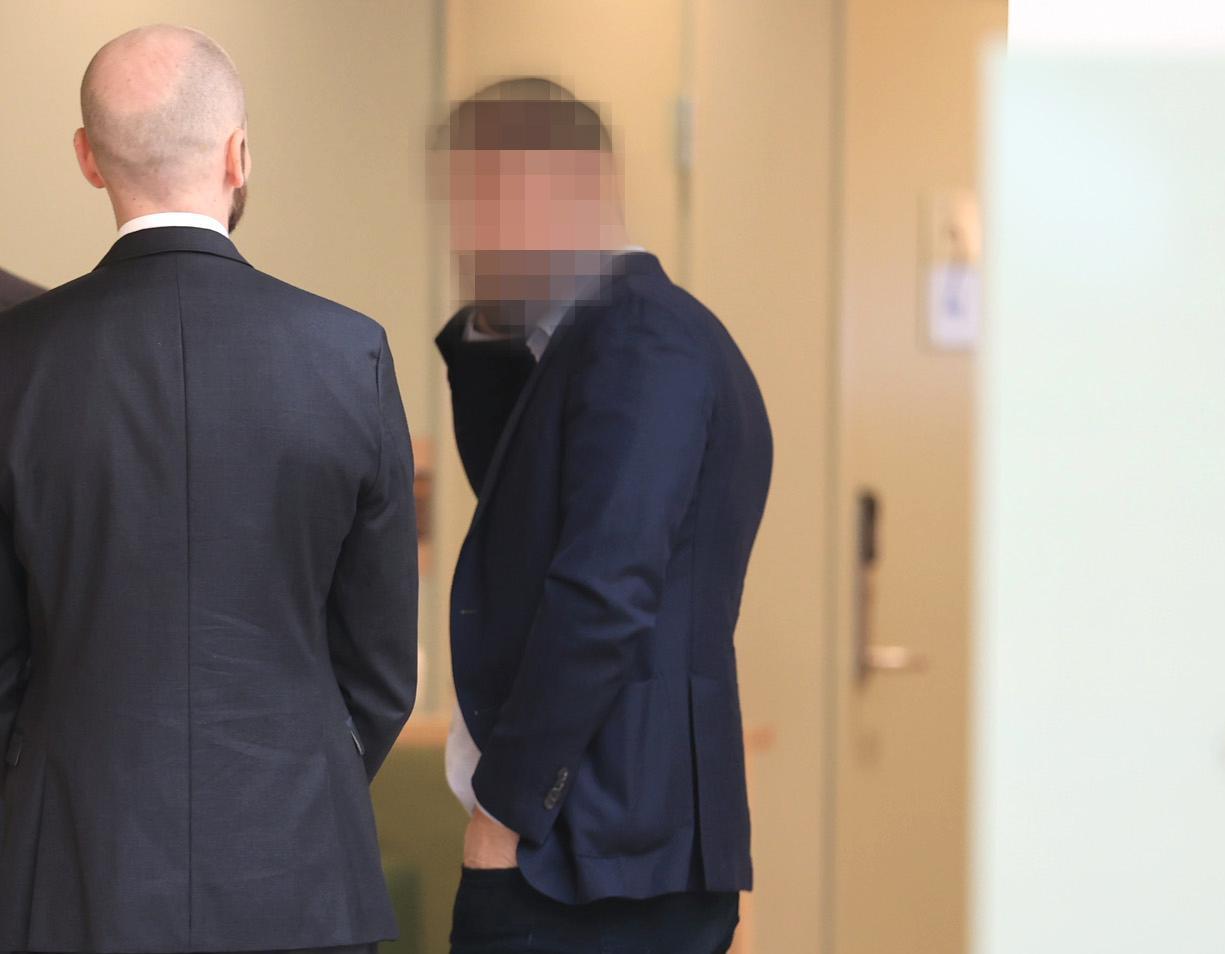 Toppmäklaren misstänks ha tjänat miljoner på ett avancerat bulvanupplägg. Under torsdagen inleddes rättegången.