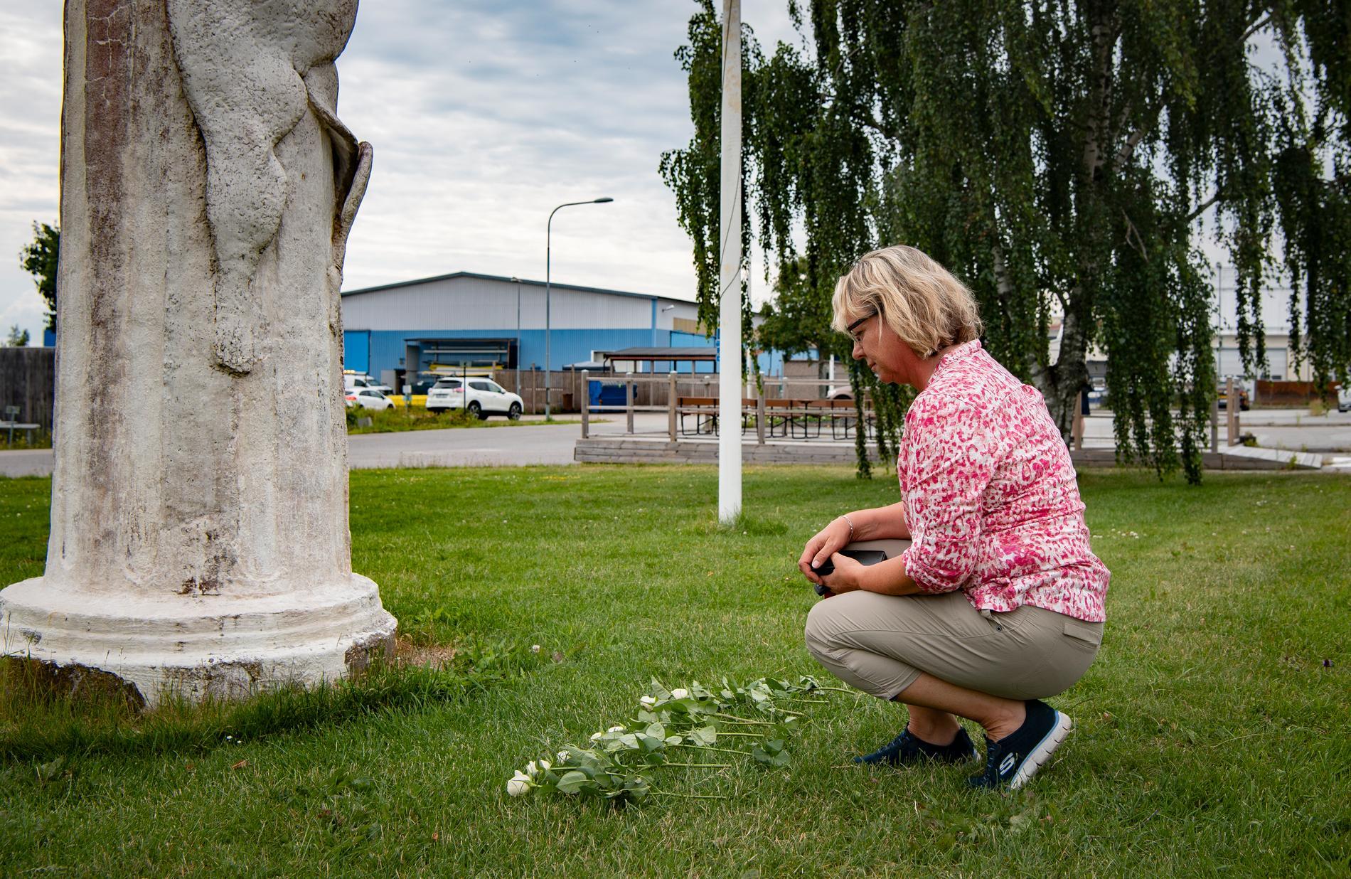Lenita är en av alla sörjande som sökt sig till minnesplatsen för att lägga blommor.