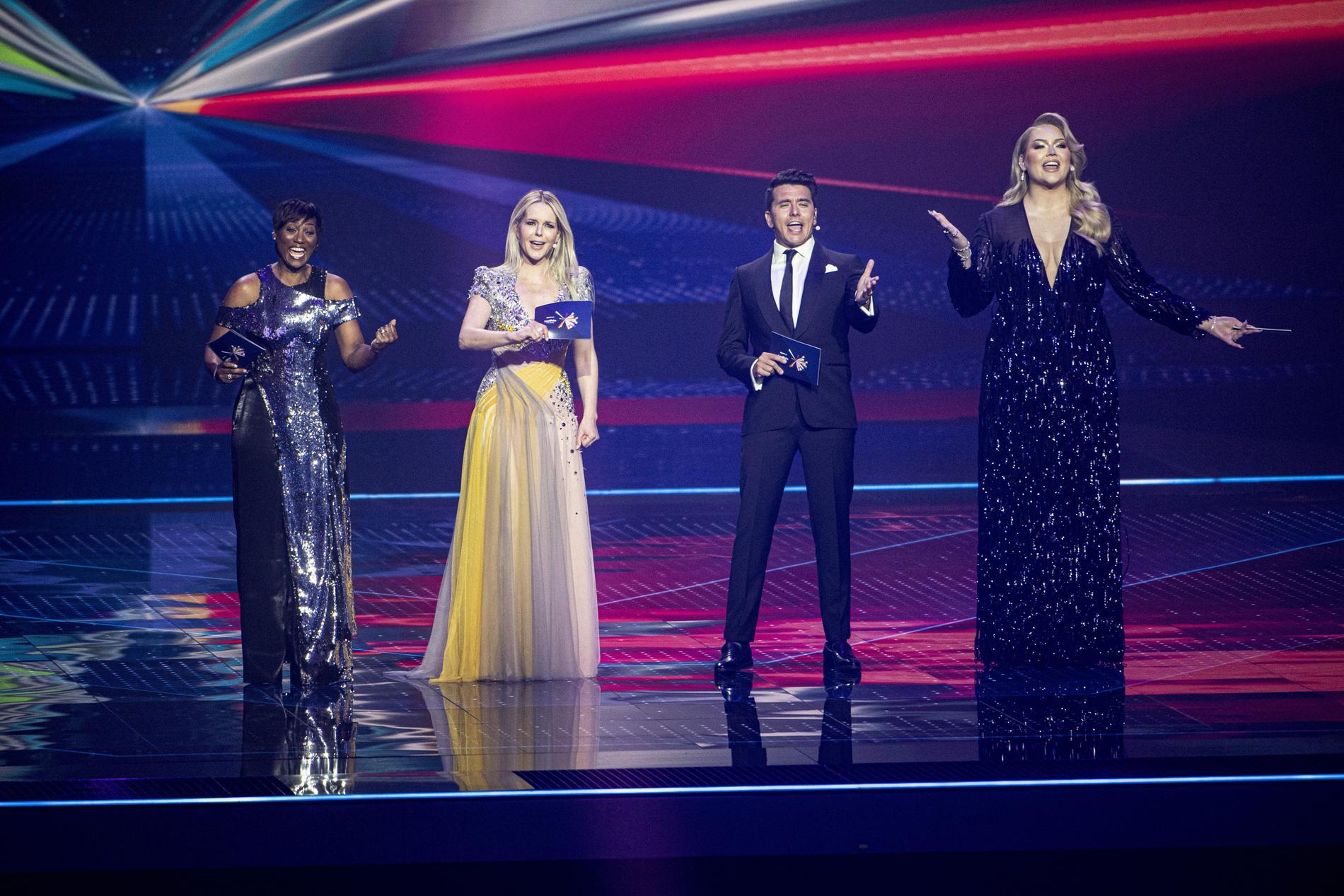 Nikkie de Jager tillsammans med de tre andra programledarna: Jan Smit, Edsilia Rombley och Chantal Janzen.