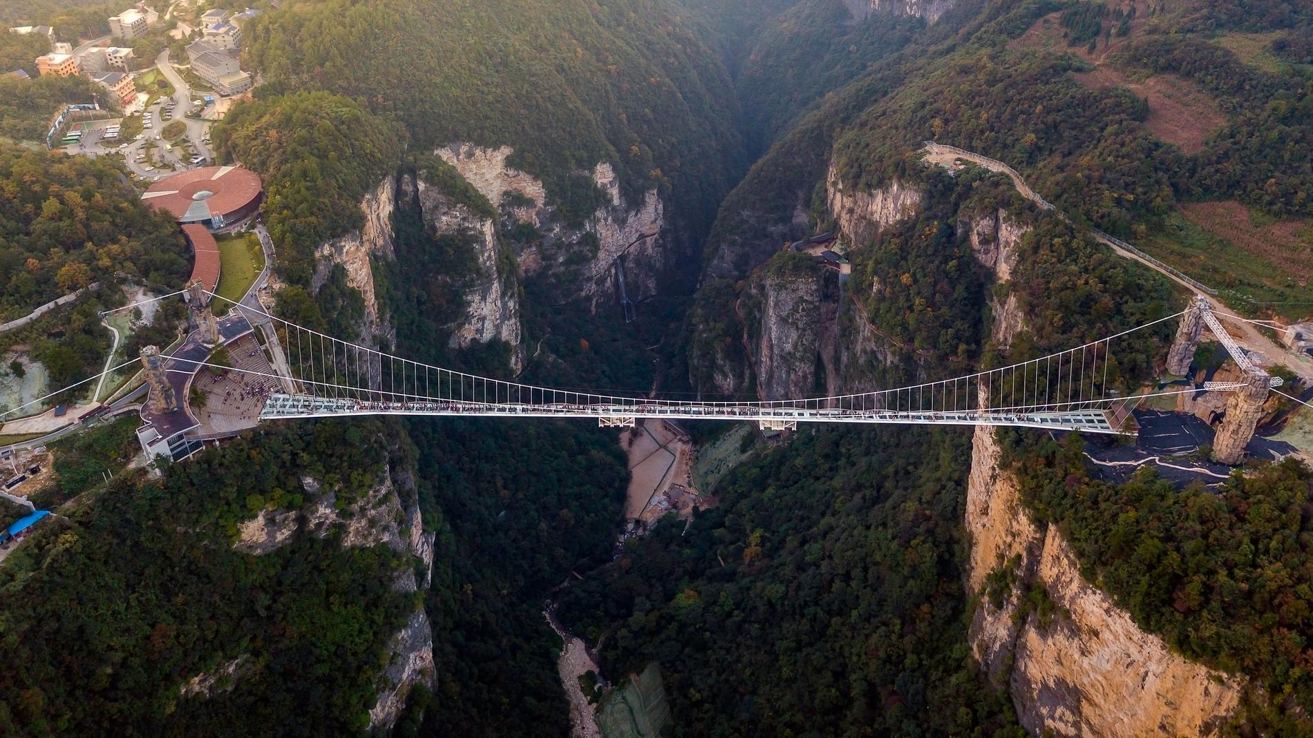 Det saknas byggnormer för glasbroar i Kina.